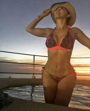 edd47e562094 Aracely Arámbula muestra sus curvas en bikini frente al sol - La ...